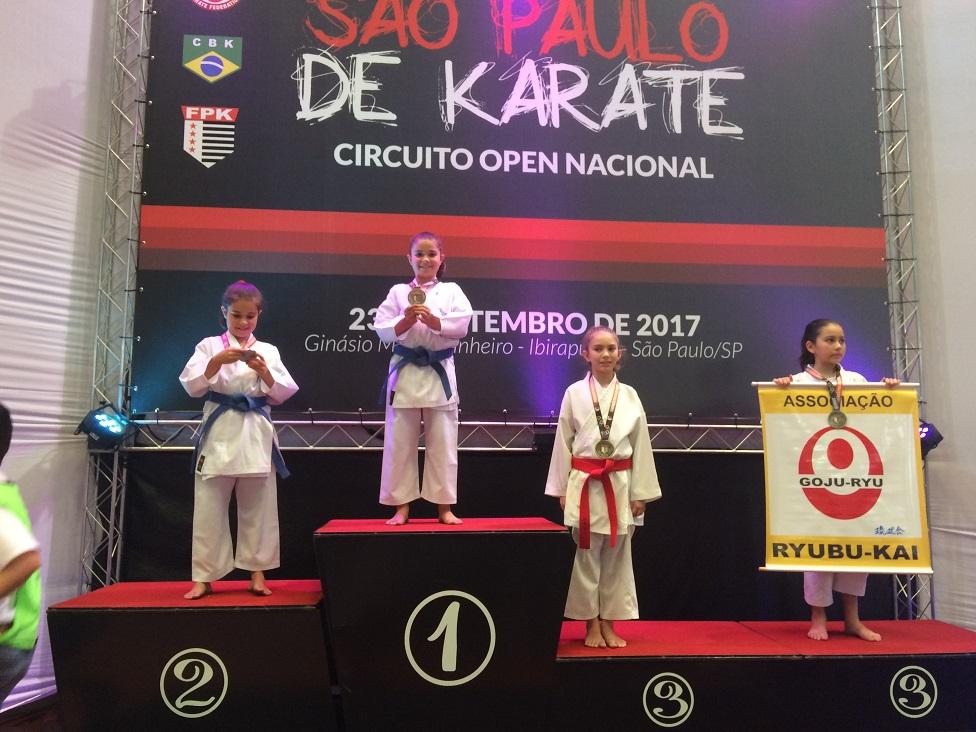 Gêmeas conquistam medalhas de ouro e prata na 7ª Copa São Paulo de Karatê